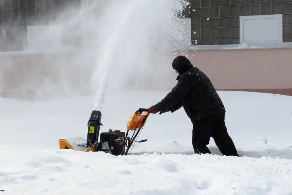snow-removal-with-a-snow-blowe-438690100b09deb0-0651-47d9-4933-d756501934c575367453-9879-B34B-A6D4-EC24D4BB23ED.jpg